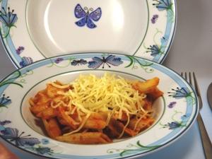 Hübsche Teller mit auffälligem Dekor